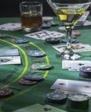 Gründen Sie für das Spielen des Blackjacks am Kasino Whisky- und Martini-Gläser auf dem Tisch stockfotografie