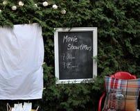 Gründen Sie für einen Film draußen aufpassen mit Lebensmittel und Stühlen Lizenzfreies Stockfoto