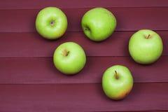 Grüne Äpfel auf alter hölzerner Tabelle Gesunde Nahrung Lizenzfreie Stockfotos