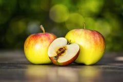Grüne Äpfel auf dem Tisch Lizenzfreies Stockfoto