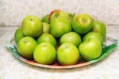 Grüne Äpfel auf einer Platte Lizenzfreie Stockfotografie