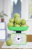 Grüne Äpfel auf Küche stufen Nahrungsmittelfrucht ein Stockfoto
