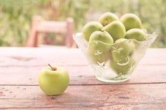 Grüne Äpfel auf Tabelle draußen Lizenzfreie Stockfotografie
