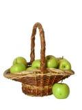 Grüne Äpfel in einem Korb über Weiß Stockfotos