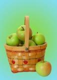 Grüne Äpfel in einem Korb stockfotografie