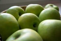 Grüne Äpfel, liegend in einem Korb Lizenzfreies Stockfoto