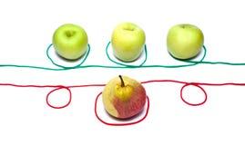 Grüne Äpfel mit einer Birne und einem Seil Stockfotos