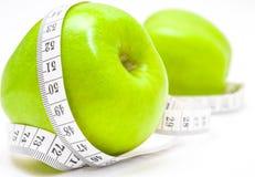Grüne Äpfel mit Maß Stockfoto