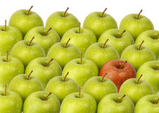 Grüne Äpfel mit rotem Apfel Stockbild