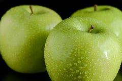 Grüne Äpfel mit Tröpfchen Stockfotografie