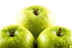 Grüne Äpfel mit Wassertropfen Lizenzfreie Stockbilder