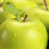 Grüne Äpfel mit Wassertropfen Lizenzfreie Stockfotos