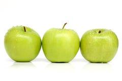 3 grüne Äpfel mit Wassertropfen Stockbild