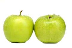 2 grüne Äpfel mit Wassertropfen Stockfotografie