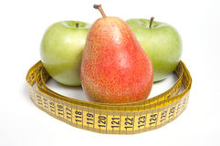 Grüne Äpfel und Birne mit messendem Band Stockfotografie