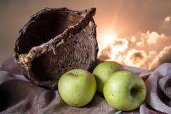 Grüne Äpfel und Korb mit Himmel Lizenzfreies Stockbild