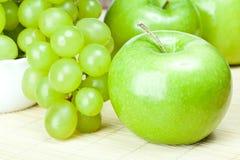 Grüne Äpfel und Trauben Lizenzfreie Stockfotos