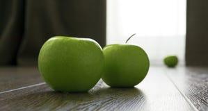 Grüne Äpfel zerstreut auf den Boden Lizenzfreies Stockfoto