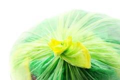 Grüne Abfalltaschennahaufnahme auf Weiß Stockfoto