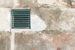 Grüne Abwasserkanalabdeckung Stockbild
