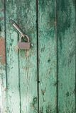 Grüne alte Tür mit Nahaufnahmeverschluß Stockbild