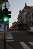 Grüne Ampel bei Prag-Sonnenuntergang lizenzfreie stockbilder