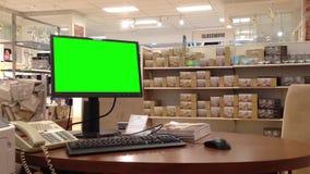 Grüne Anschlagtafel für Ihre Anzeige am Bildschirm innerhalb Sears-Speichers stock video