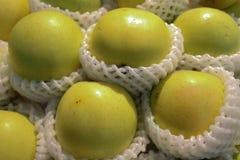 Grüne Apfelfrucht auf Regal lizenzfreie stockbilder