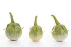 Grüne Aubergine mit Wassertropfen auf weißem Hintergrund Lizenzfreies Stockbild