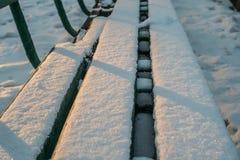 Grüne Bänke im Winterpark Lizenzfreies Stockfoto