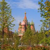 Grüne Bäume und Gras auf dem Hintergrund des Moskaus der Kreml und das rote Quadrat im Park Zaryadye lizenzfreies stockbild