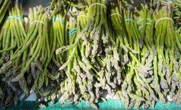 Grüne Bündel Spargel in einem Paris-Markt lizenzfreie stockbilder