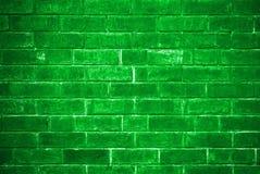 Grüne Backsteinmauer, die von der Unterseite älter wird Stockbilder
