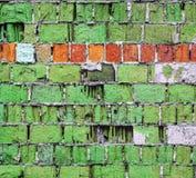 Grüne Backsteinmauerbeschaffenheit mit horizontalem Streifen Stockfotos