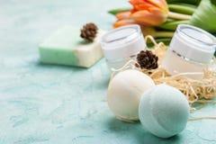 Grüne Badebombe und Seife mit BADEKURORT-Produkten Stockfotografie