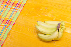 Grüne Bananen in der Ecke der untereren Linke zur oberen rechten Ecke Stockfoto