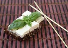 Grüne Basiliken und chees auf Toast Stockfotos