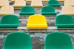 Grüne, beige und gelbe Sitze in altem geöffnetem Stadion 2 Lizenzfreie Stockfotos