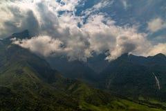 Grüne Berge bedeckt in den Wolken in Vietnam lizenzfreie stockfotos