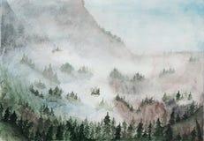 Grüne Berge mit Bäumen des Waldes im Nebel Adobe Photoshop für Korrekturen Copyspace Postkarte stockfoto