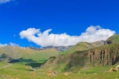 Grüne Berge mit Gletschern unter Wolken Lizenzfreie Stockfotos