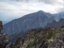 Grüne Berge und Felsen Stockfoto
