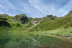 Grüne Berge und See, Österreich Stockbilder