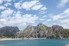 Grüne Berge und See, Österreich Stockfotografie