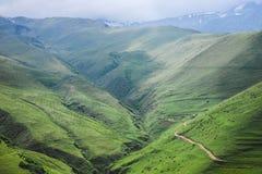 Grüne Bergspitzen mit Nebel auf die Oberseiten lizenzfreies stockfoto