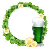 Grüne Bier- und Goldmünzen Stockfoto