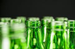 Grüne Bierflaschen Stockfoto