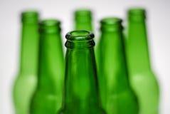 Grüne Bierflaschepyramide Stockfotografie
