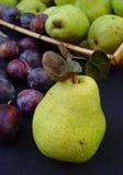 Grüne Birnen und italienische Pflaumen stockfoto