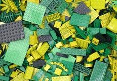 Grüne Blöcke, Ziegelsteine und Stücke Lego Lizenzfreie Stockfotos